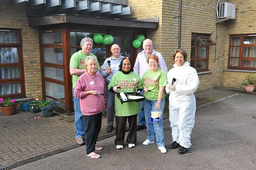 Barnet's dignitaries roll up sleeves for Mitzvah Day